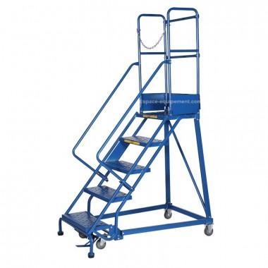 Vue d'ensemble de l'escabeau roulant 5 marches bleu avec chaine de sécurité
