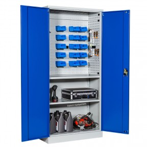 Armoire atelier acier tôlé portes battantes  avec panneaux porte outils et panneau pour boites à becs mise en situation